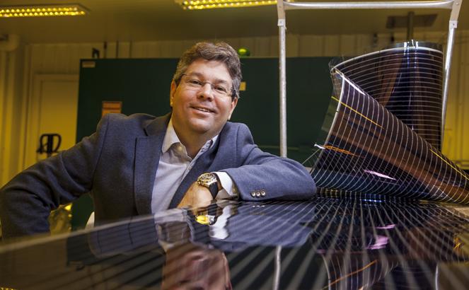 Tiago Alves, CEO da Sunew, posa ao lado de filme de OPV