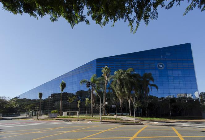 Fachada prédio da empresa Totvs com aplicação de OPV, filme fotovoltaico orgânico
