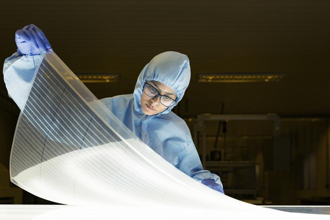 especialista do centro de pesquisa aplicada Csem segura filme fotovoltaico orgânico, o OPV